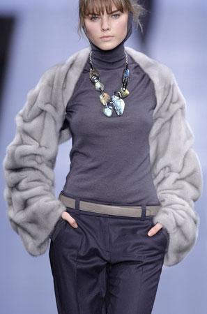 куртки с меховым капюшоном.