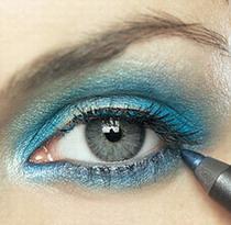 Голубой макияж для серых глаз может быть уместен.