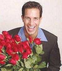 мужчины дарят цветы