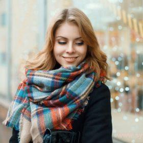 Умело подобранный шарф может добавить изюминку к любому образу