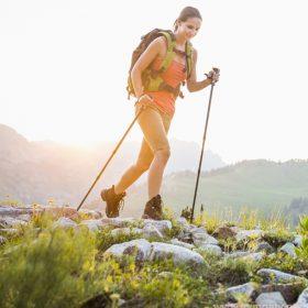 Скандинавская ходьба позволяет равномерно нагрузить не только ноги, но и плечевой пояс