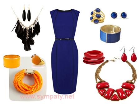 Синее платье и красная бижутерия