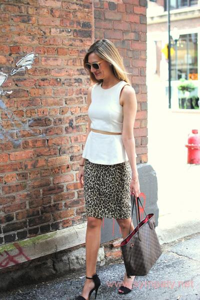 леопардовая юбка миди белый топ