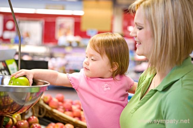 Простые повседневные действия, выполняемые вместе с мамой, закладывают основу для гармоничного развития малыша