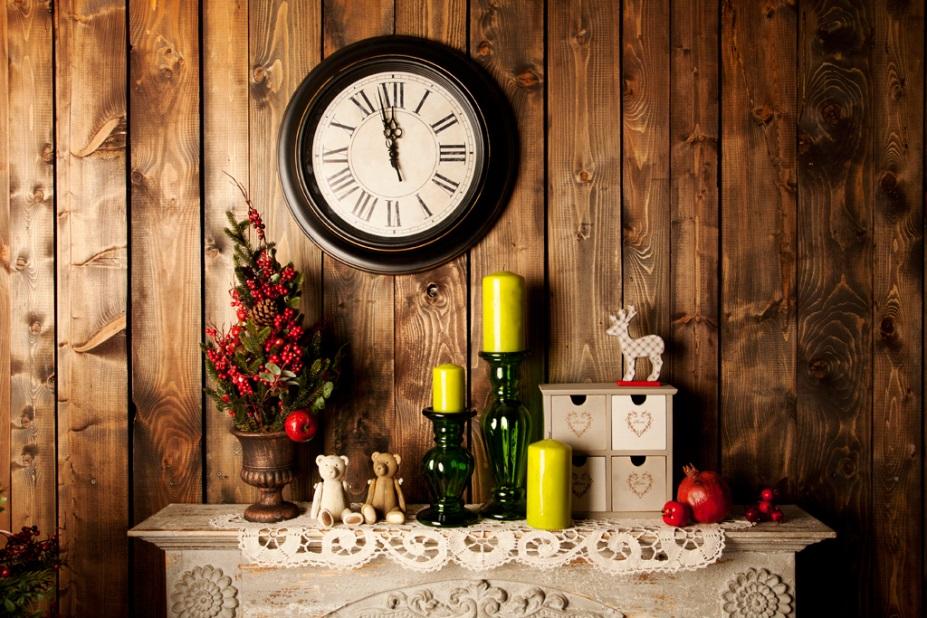 часы над новогодней полкой