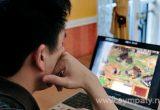 муж сидит за компьютером