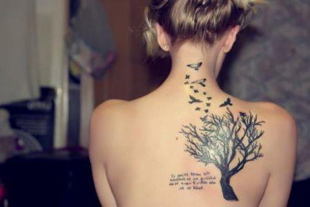 татуировка в виде дерева, птичек и надписей