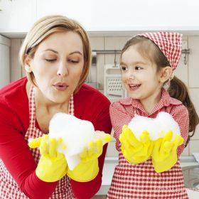 приучить ребенка помогать