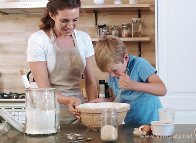 приучить ребенка помогать по дому