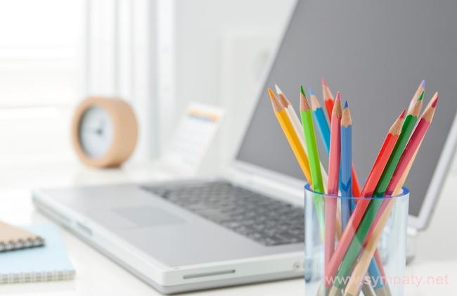 Кому-то поднимет настроение минимализм и порядок на рабочем столе, а кого-то порадуют растения в офисе