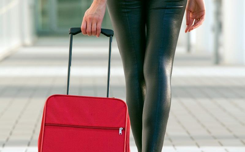 девушка с чемоданом в аэропорту январь багаж отпуск