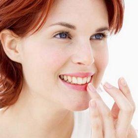 Губы могут трескаться как от некачественной косметики, так и от недостаточного ухода