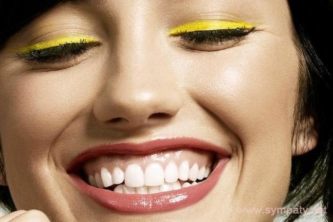 При десневой улыбке десна открывается более чем на 2-3 мм