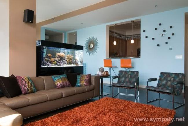 Аквариум может разделять площадь комнаты на разные зоны - например, гостиную и обеденную