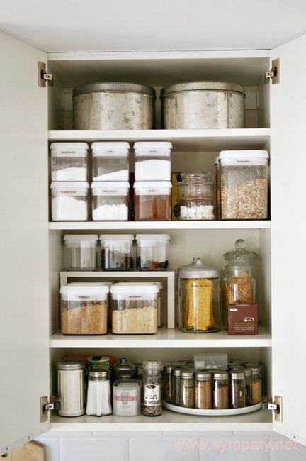 Для удобства хранения предметы в шкафу лучше рассортировать по категориям