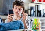 В том, что ребенок несамостоятельный, как правило, виноваты родители