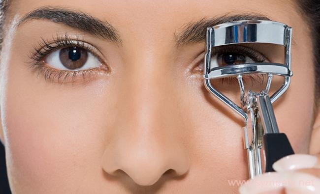 Для эффекта широко раскрытых глаз завивать ресницы следует от основания