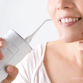 Ирригатор очень удобен для тщательной очистки полости рта людям с брекетами