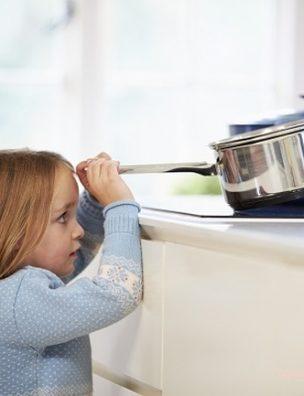 Решая, можно ли оставить ребенка дома одного, исходите из его психологической зрелости и самостоятельности