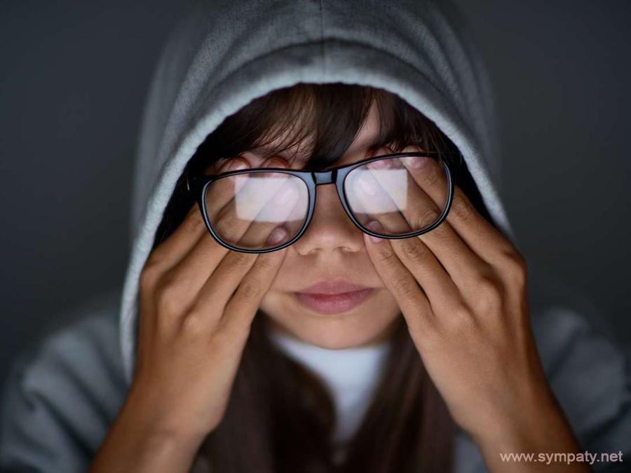 Почему стеклянные глаза у человека