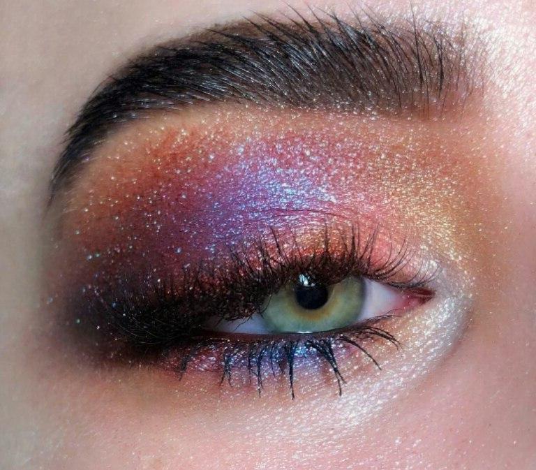 сияющий фиолетовый макияж смоки айз для зеленых глаз