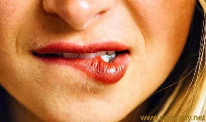 женщина кусает губу нижнюю
